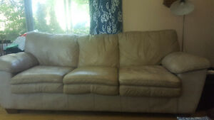 Large leather couch 40$/grand sofa en cuir 40$
