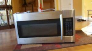 Grand Mricro-ondes (Hotte intégrée 19 X 30 pouces) Bon état