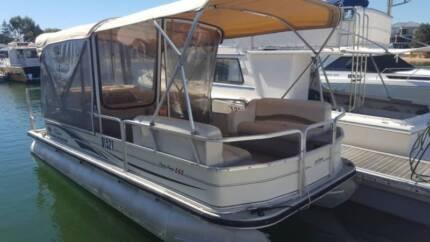 Suntracker Party Barge 660 Pontoon + New Trailer (13 passengers)