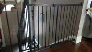 Stairway expendible safety metal gate