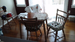 kitchen  table and matching chairs in excellent  condition