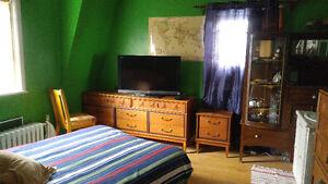 Chambre avec lavabo meublé