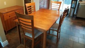 Table, 4 chaises & buffet en bois  en excellente condition