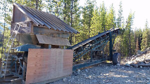 Gravel feeder with grizzly bars and diesel hydraulic power pack