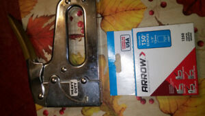 HEAVY DUTY T-50 MANUAL STAPLE GUN WITH NEW BOX OF STAPLES. 20.00