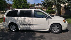 2010 Chrysler Town & Country Touring  Low KM Upgraded packages