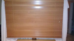 Store en bois clair