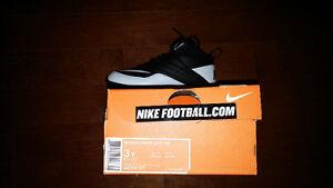 Souliers/ Cleats football UA et Nike **NEUF** 30$ pour enfants