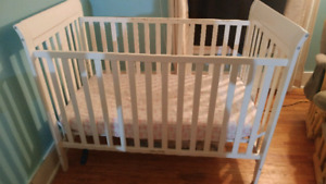 Convertable crib with matress in plastic.