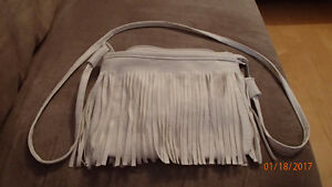 White Faux Leather Fringe Bag/Faux cuire blanc avec franges