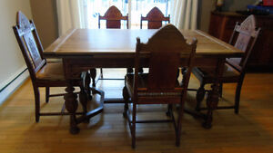 Table with 5 chairs / table avec 5 chaises