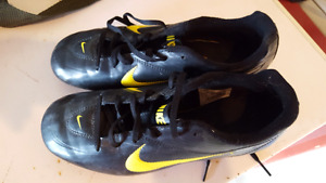 6Y youth Nike soccer shoes in EUC $20