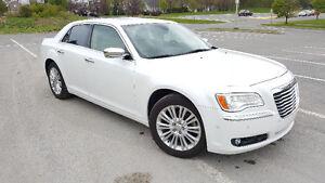 2011 Chrysler 300C AWD V8 HEMI***WITH TECH PACK*** (RARE)