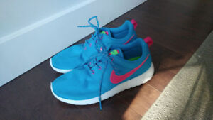Excellent like new Nike Roshes 6Y (7.5-8 women)