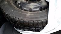 pneu d'hiver usagé avec jante en acier