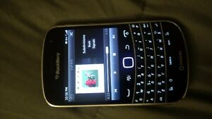 BLACKBERRY BOLD 9900 UNLOCKED WITH ROOTS HOLSTER AND CHARGER