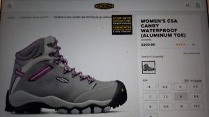 Keen women working boots .