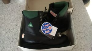 MENS SIZE 9 STEEL TOE INSULATED CSA SAFETY BOOTSNEW IN BOX $50