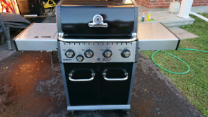 Barbecue Broil King w/ cover and propane tank