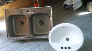évier de cuisine double, lavabo et hotte de cuisine blanche