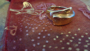 10k gold crossover ring. Size 6