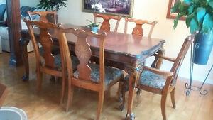 chaises en bois travaillées et sans grafigne