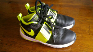 "Nike ""Team Hustle"" Boys Size 3.5 Sneakers"