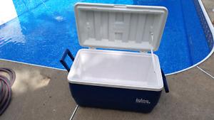 IGLOO COOLER ICE BOX / Glacière Coleman sur Roulettes