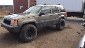 Lifted jeep grandcherokee on 35s