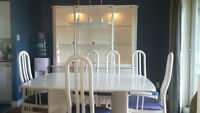 Table, 6 chaises, buffet, vaissellier