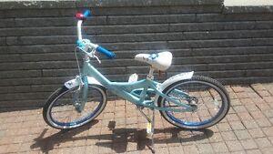 Vélo 20 pouces pour fille bleue poudre