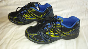 Boys Brooks Running Shoes Size 4