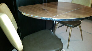 Students! Drop leaf vintage table and chairs perfect condition