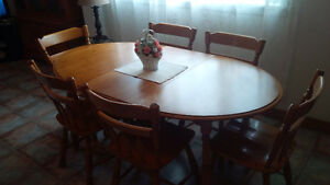 Roxton Dining Room Set