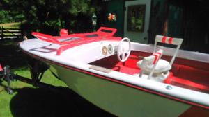 Bateau avec remorque et moteur