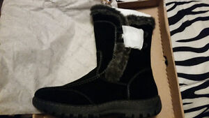 Ladies winter boots, size 8 BRAND NEW! Located in CBS