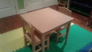 Petite table en bois avec 2 chaises
