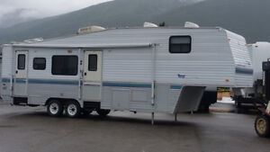 33ft 5th Wheel, 2 slides, in salmon arm