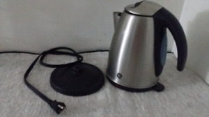 GE 1.7L Stainless Steel Cordless Electric Kettle / Bouilloire