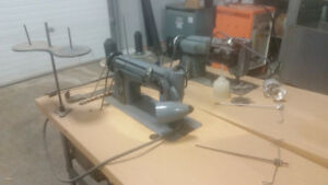 Singer 211G156 Sewing Machine With Table