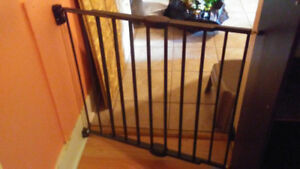 Munchkin Baby Gate $30.00 Comes with Manual