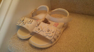 Size 4W girl's sandals