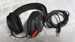 Headphones. PHILIPS Closed back stereo .