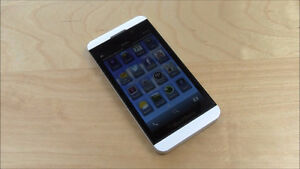 White Blackberry Z10 With 16 GB Memory And Charger! Bell/Virgin