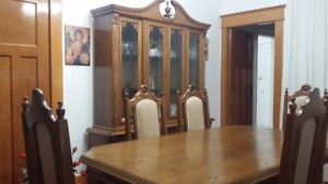 Traditional and Elegant Full Dining Room Set (excellent cond.)