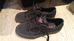 Souliers Adidas noirs à motif léopard