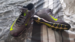MEN'S FOOTBALL CLEATS SZ 10