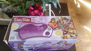 EASY BAKE OVEN - Great condition - with accessories