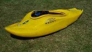 Kayak d'eau vive avec  pagaie et jupette