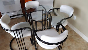 glass dinnind room table with leather chairs